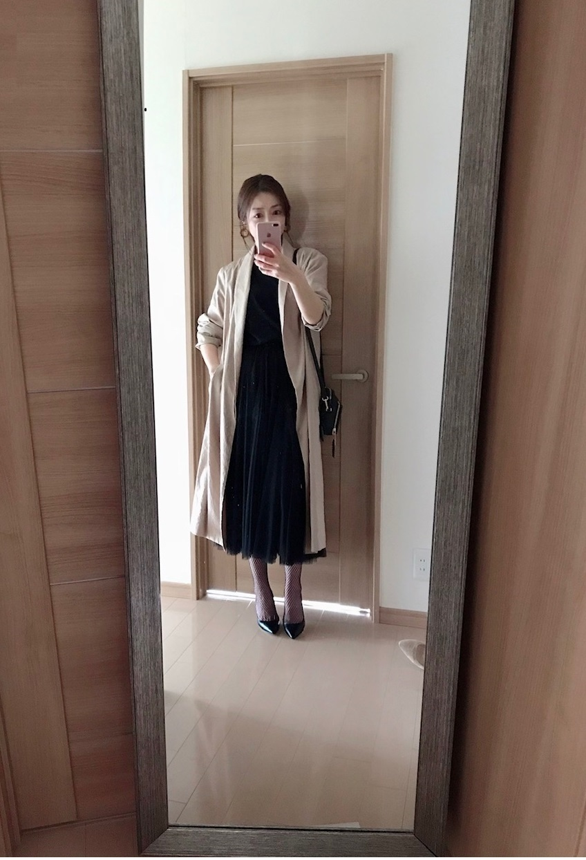 チュールスカートとリネンコートを合わせた着画
