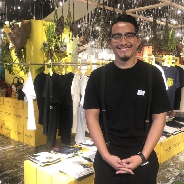 黒のTシャツから黒のTシャツに着替えた銅冶さん。