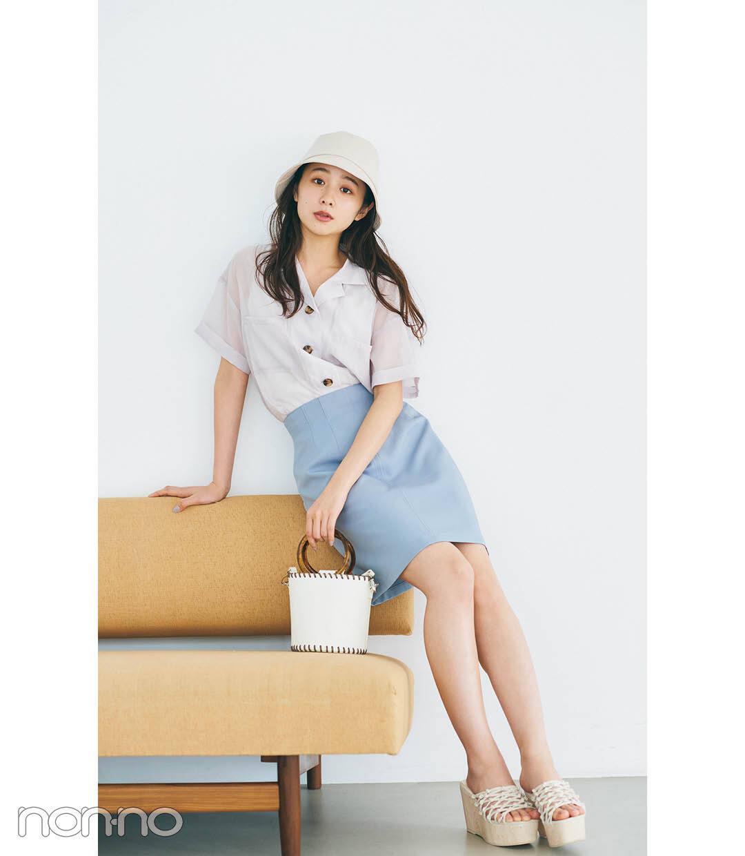 堀田真由の開襟シャツ×台形ミニスカートコーデ2