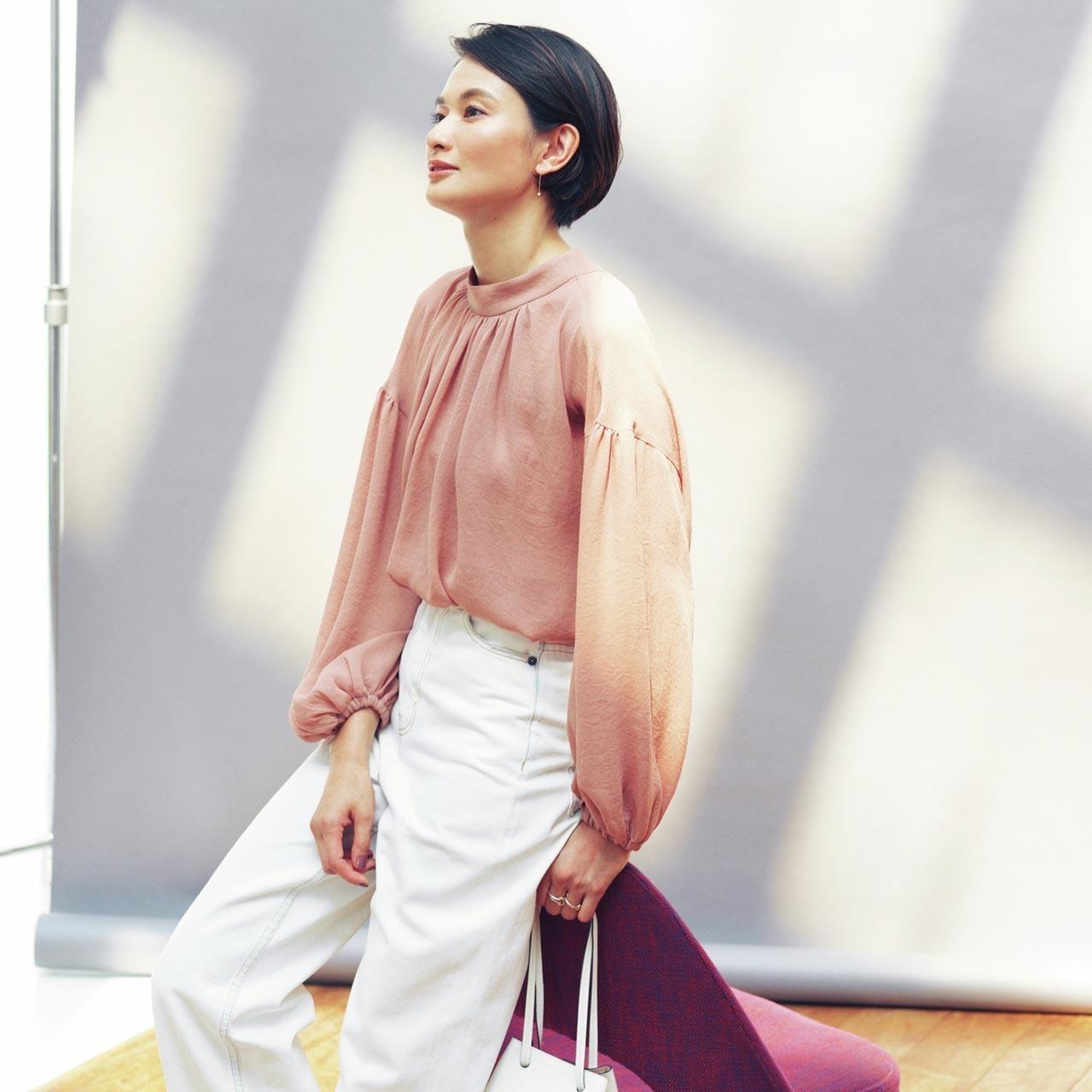 ピンクブラウス×白パンツのファッションコーデ