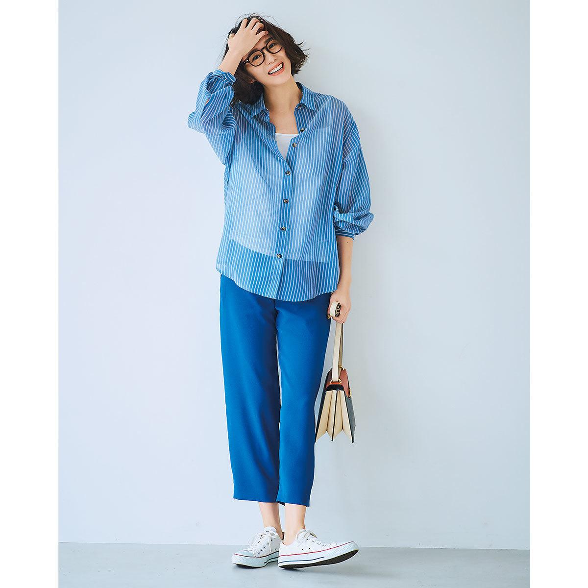透け感のあるストライプシャツ×ブルーのパンツコーデ