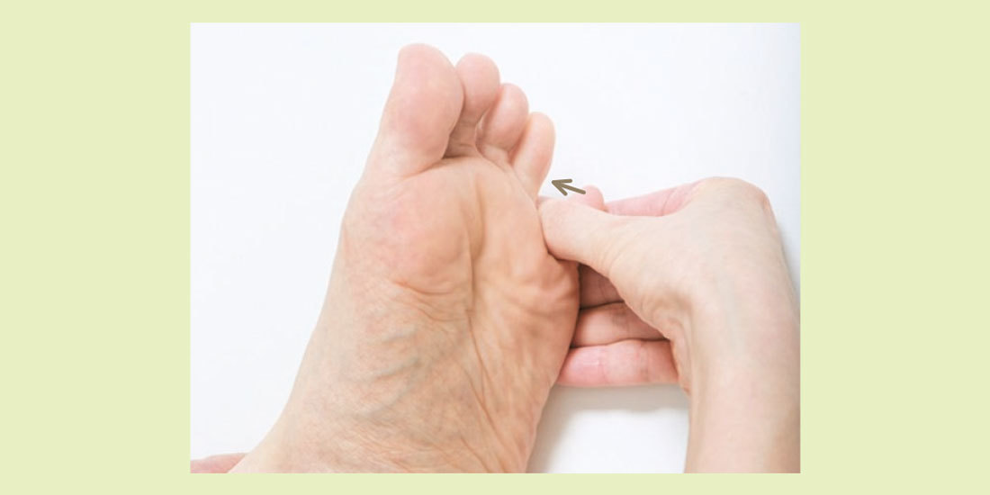 親指の第1関節外側で指の股をこする