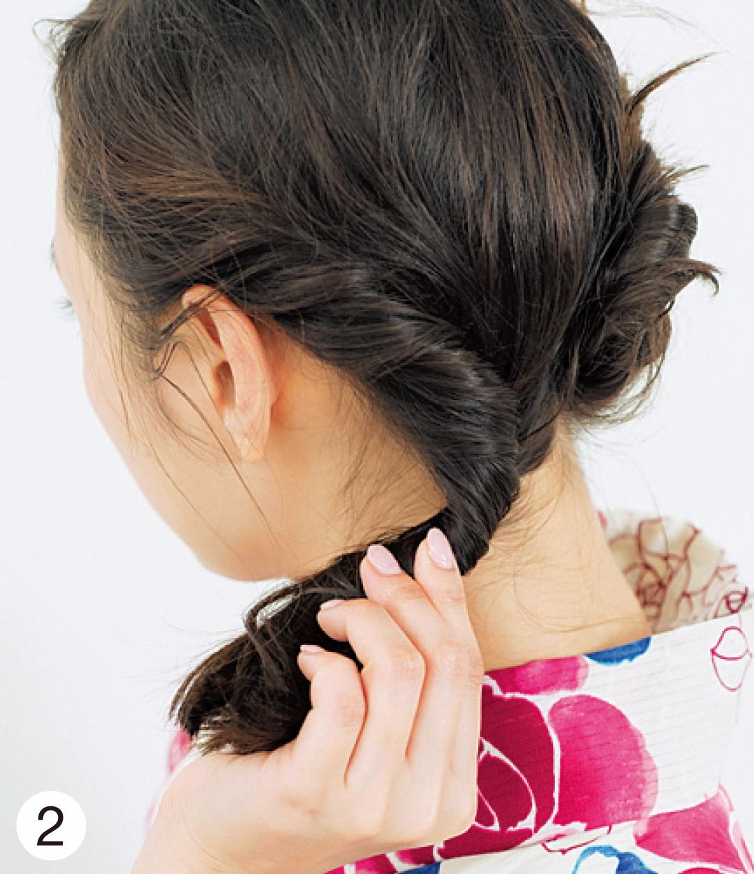 ねじったら固定、また毛束をすくいねじったら固定、を繰り返し、えり足まで。そのあとは、毛束を1つにまとめ、毛先までねじる。