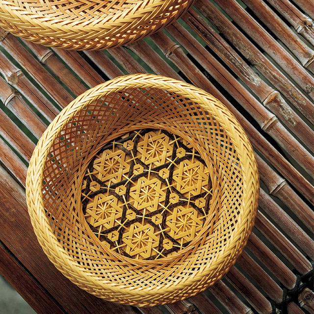 六ツ目に細い竹ひごを潜らせ、花のように編み上げたオリジナルの花六ツ目鉄鉢