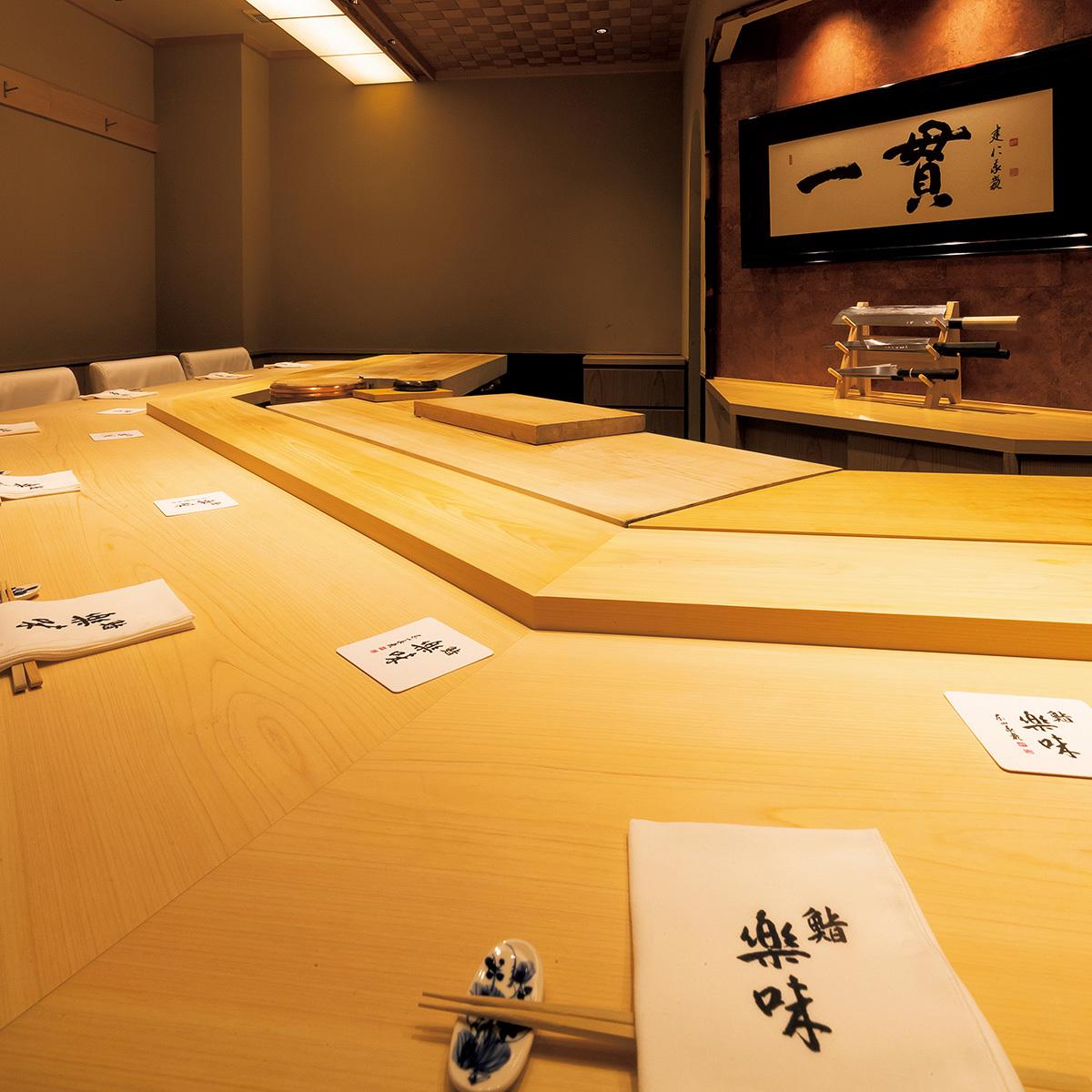 京都の三条京阪にある寿司店「鮨 楽味」のカウンター