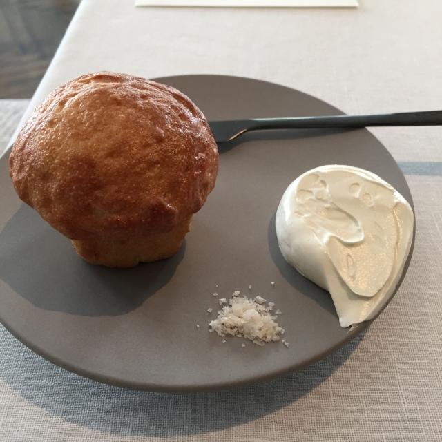 パンはホイップしたクリームチーズと共に