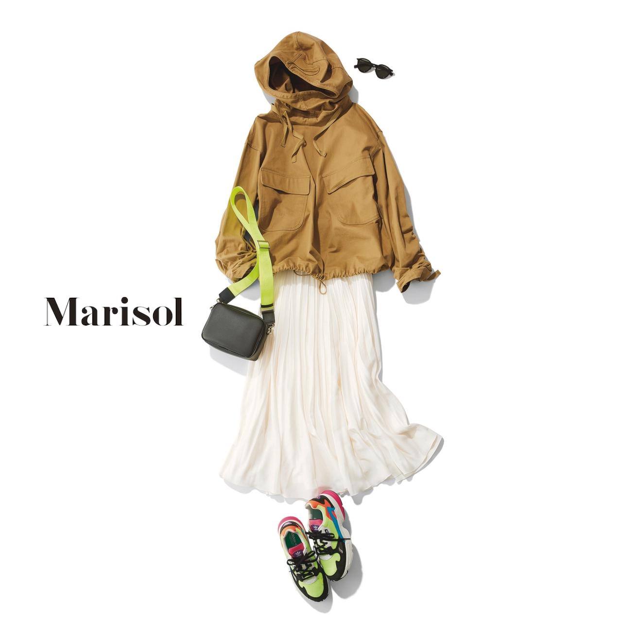 40代ファッション ベージュブルゾン×白スカート×ハイテクスニーカーコーデ
