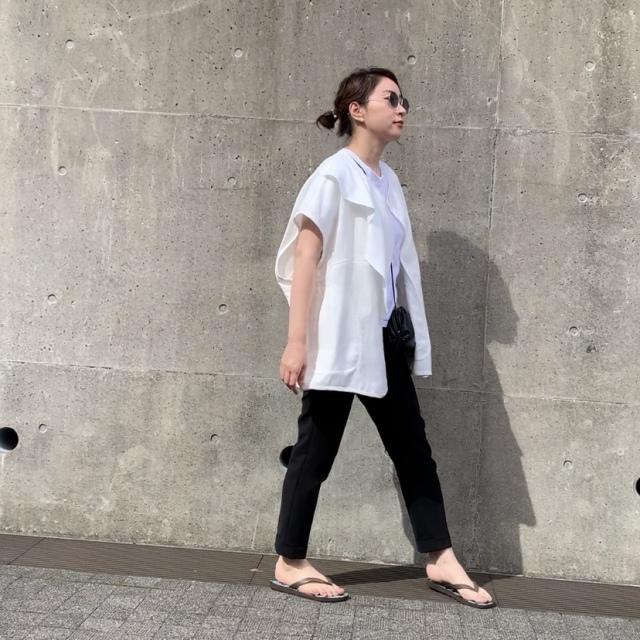 ■白のジレ×黒パンツのモノトーンコーデ