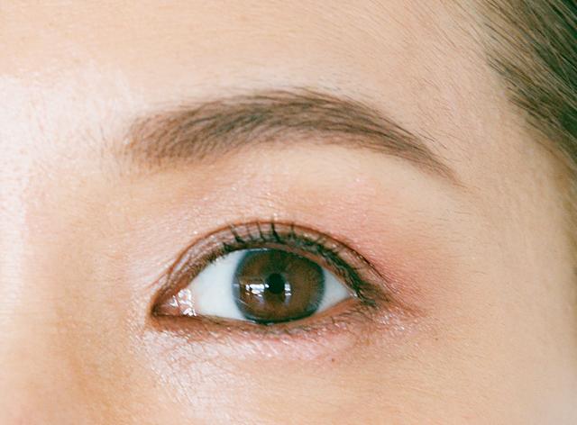 眉は淡い色でフォルムをはっきり描く