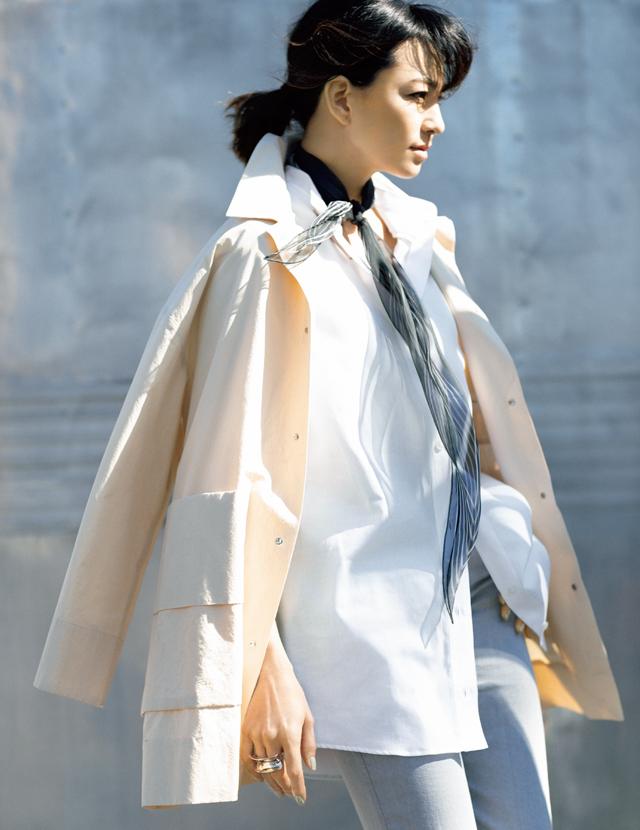 菱形スカーフを長く垂らして白シャツをよりモダンに