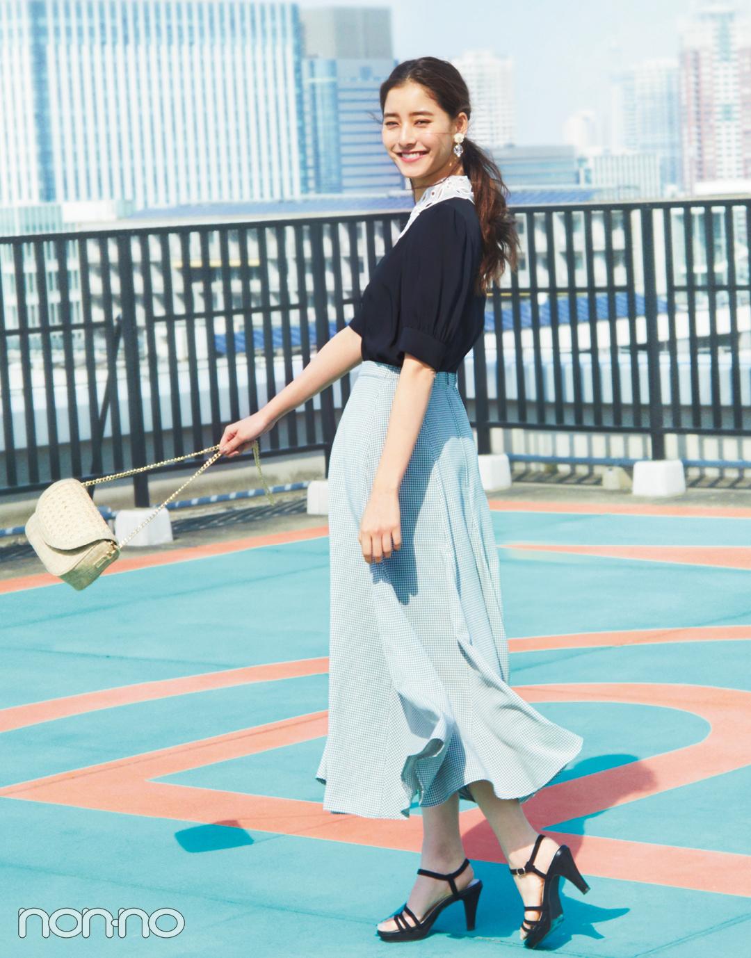 ef931110de9e5 スカートが主役のコーデだとつい白トップスを合わせがち。だけど大人可愛く着こなすなら濃い色が正解♡ スカートも際立つ!