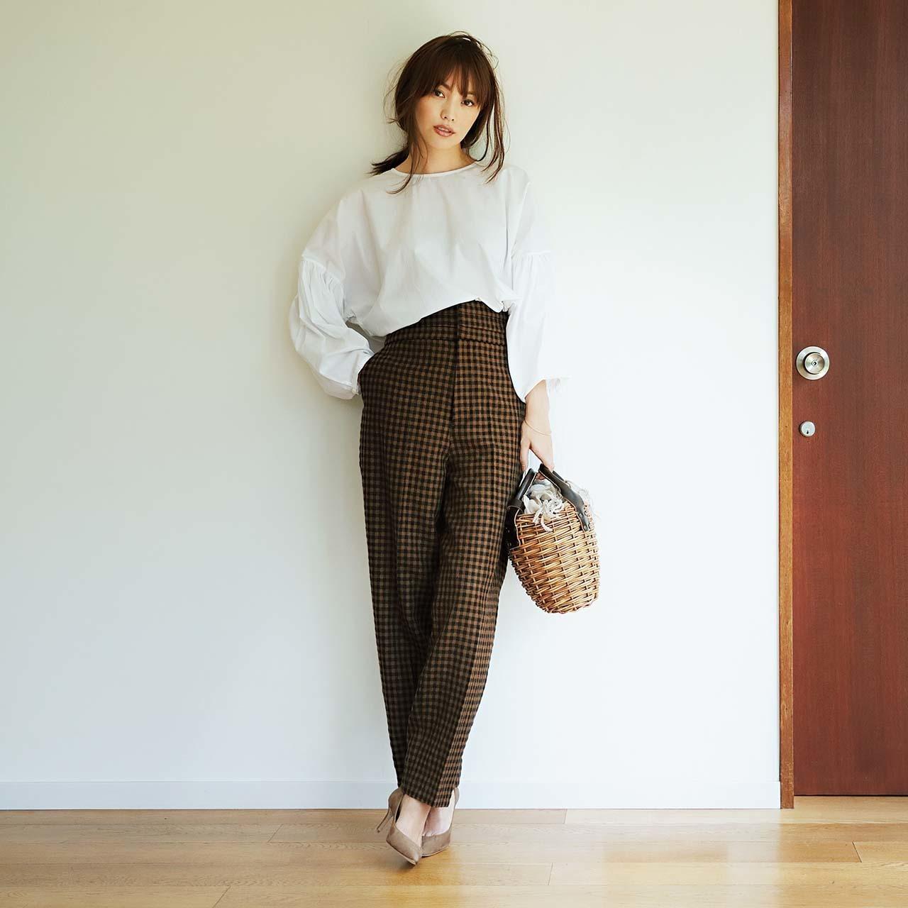 ファッション チェックパンツ×白ブラウスコーデ