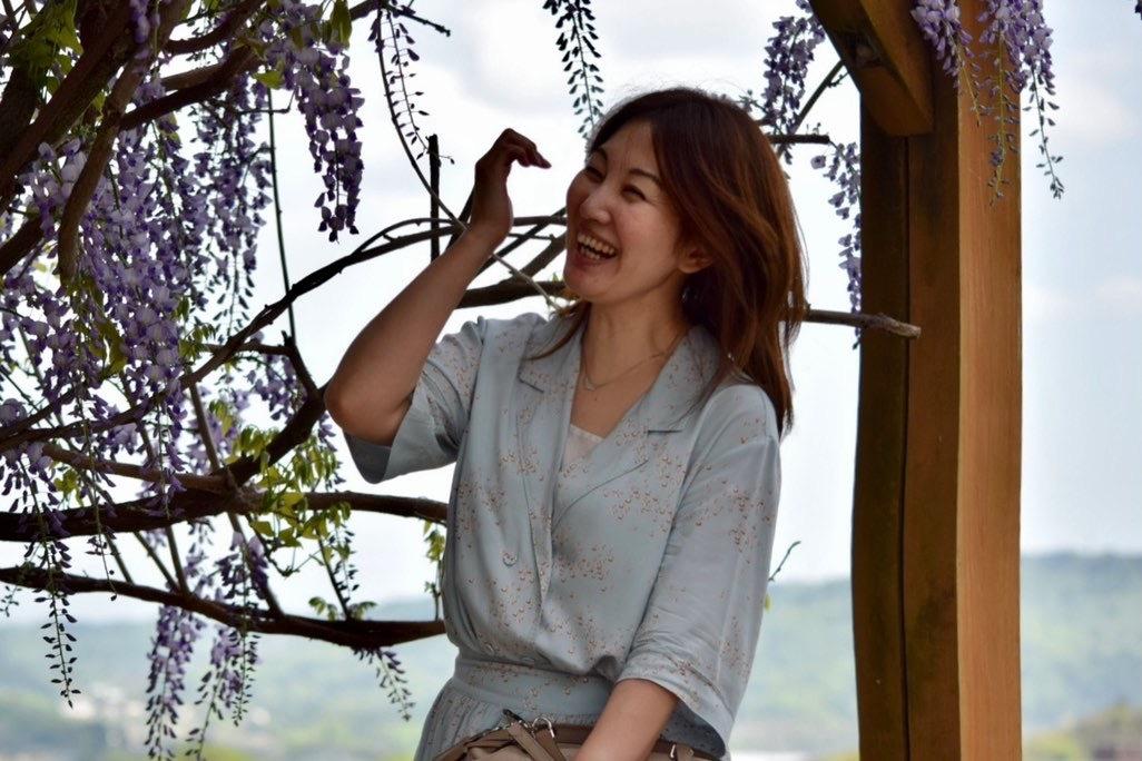 藤棚と笑う女性