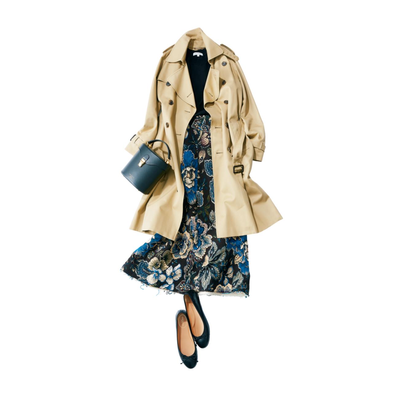 ベージュのトレンチコート×華やか柄スカートのファッションコーデ
