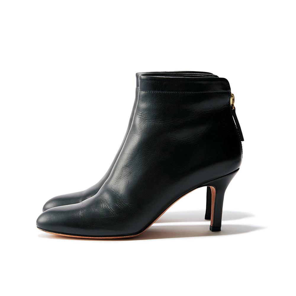フェミニン派のためのファッション小物はペリーコ黒ブーツ