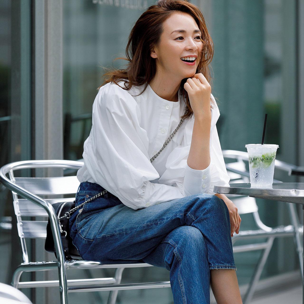 白いボリューム袖シャツ×デニムコーデ