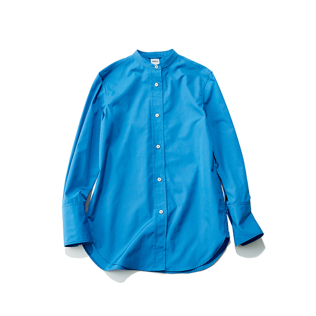 画面から清潔感と知性が伝わる、上品ブルーの端正シャツ
