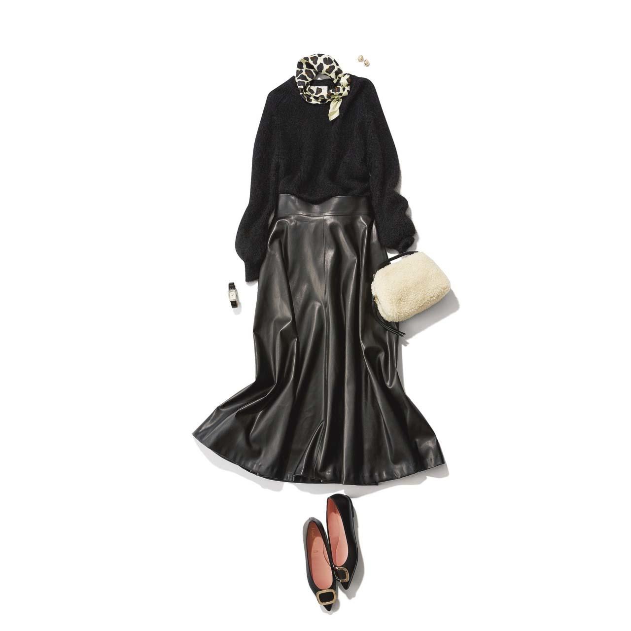 フェイクレザーの黒スカート×黒ニットコーデ