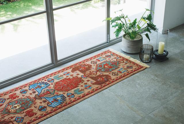 窓辺のなんでもない場所が絨毯一枚で、特別な場所へ