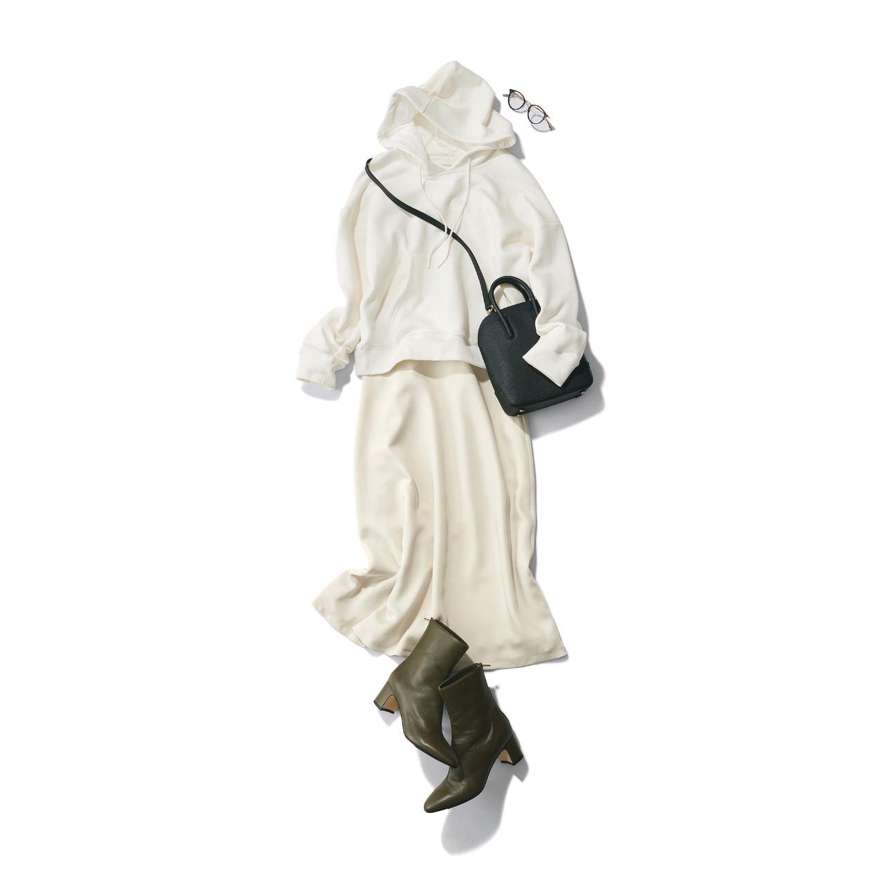 白フーディーと白スカートにカーキショートブーツのコーデ