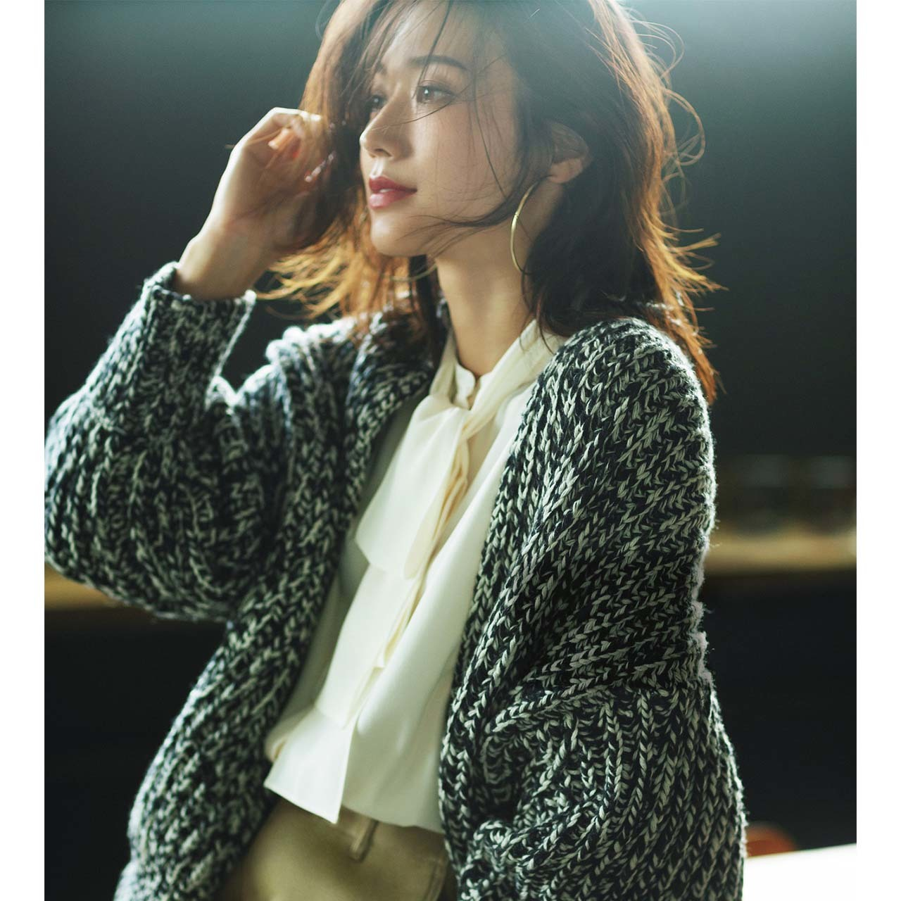 カーディガン×シルク見えブラウスコーデを着たモデルの牧野紗弥さん