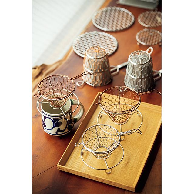 用途とデザインを兼ね備えた手編みコーヒードリッパー