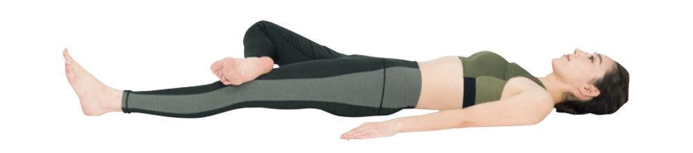 1.あおむけになり、手のひらを下にして体の横に置く。左脚はまっすぐ伸ばし、右膝を内側に曲げ、足を左膝の上にのせる