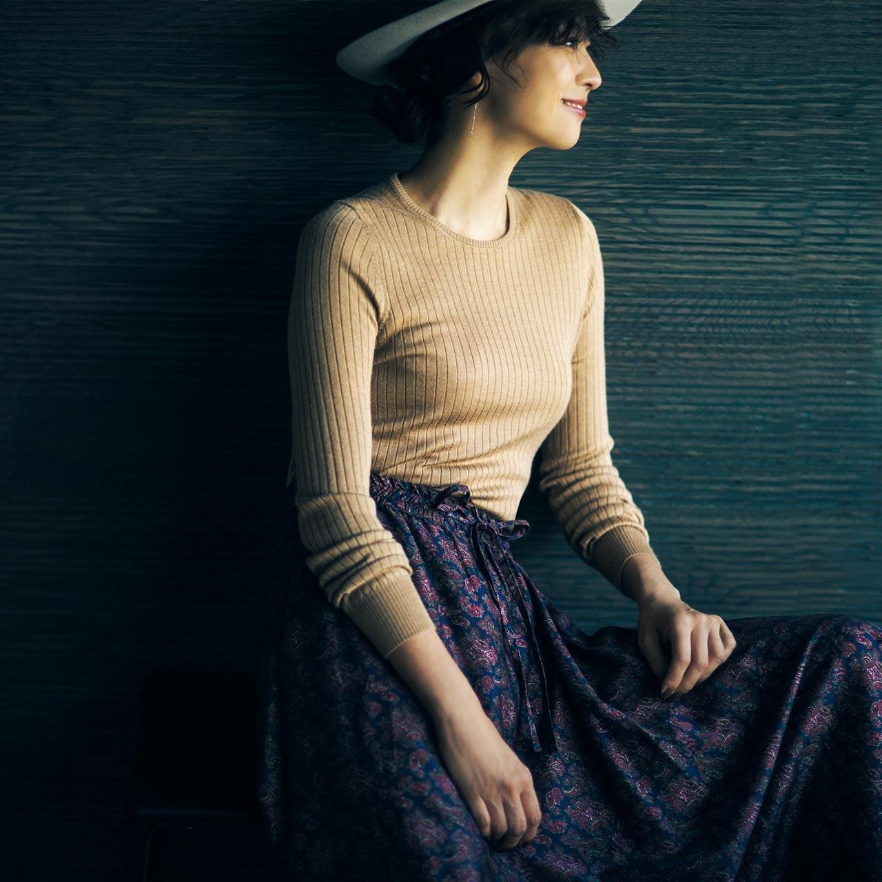 クルーネックニット×花柄スカートのファッションコーデ