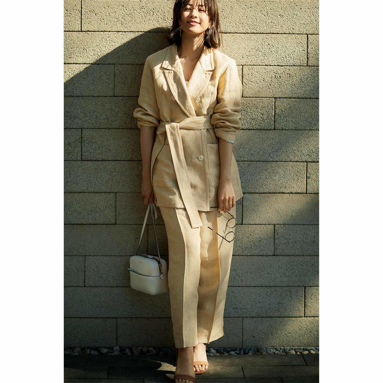 カオスのセットアップを着たモデルの高垣麗子さん