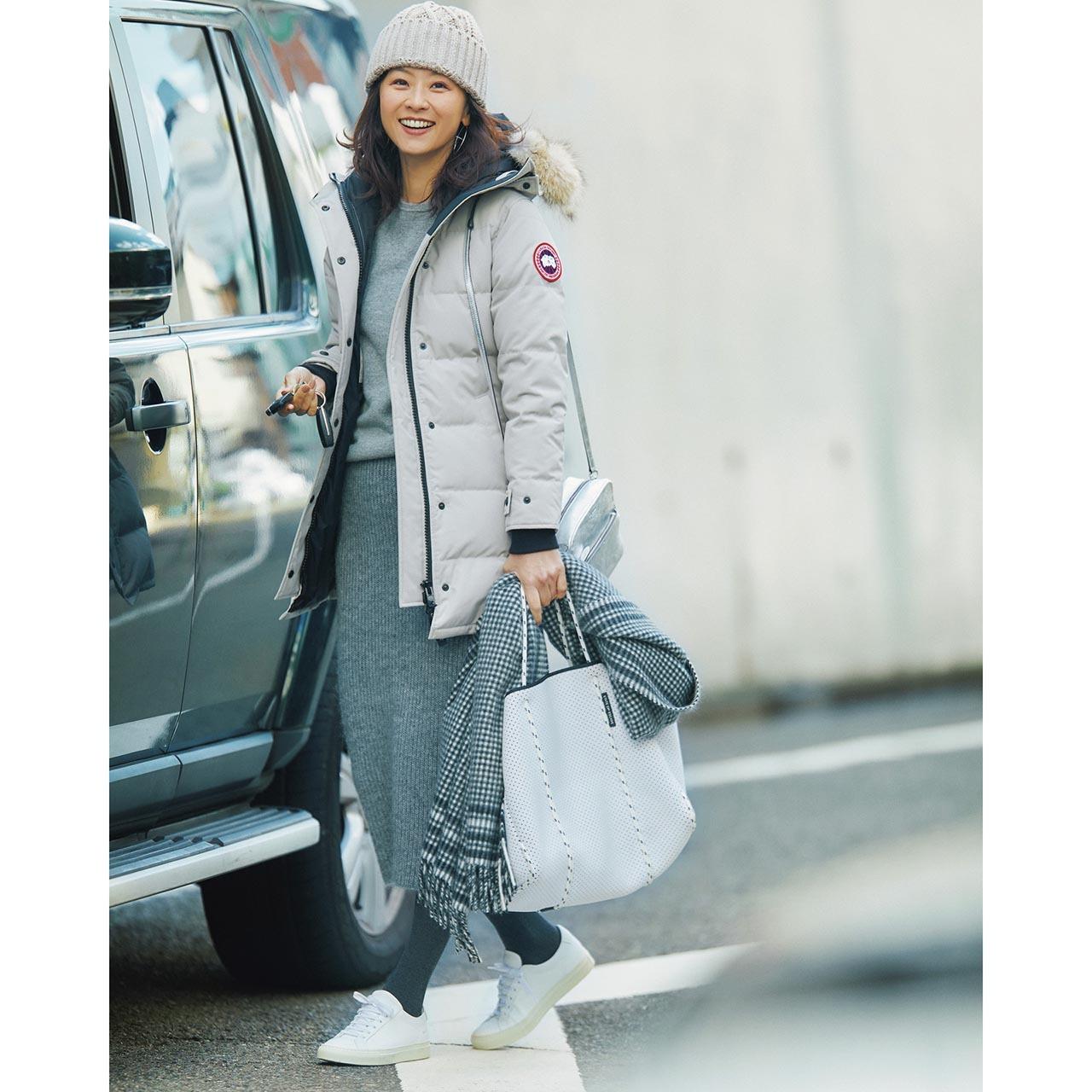 ダウンコート×ニットスカートコーデを着たモデルの五明祐子さん