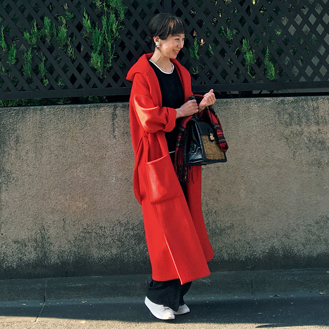 アラフィーおしゃれブロガー 冬の街に映える赤いコートで足取りも軽く
