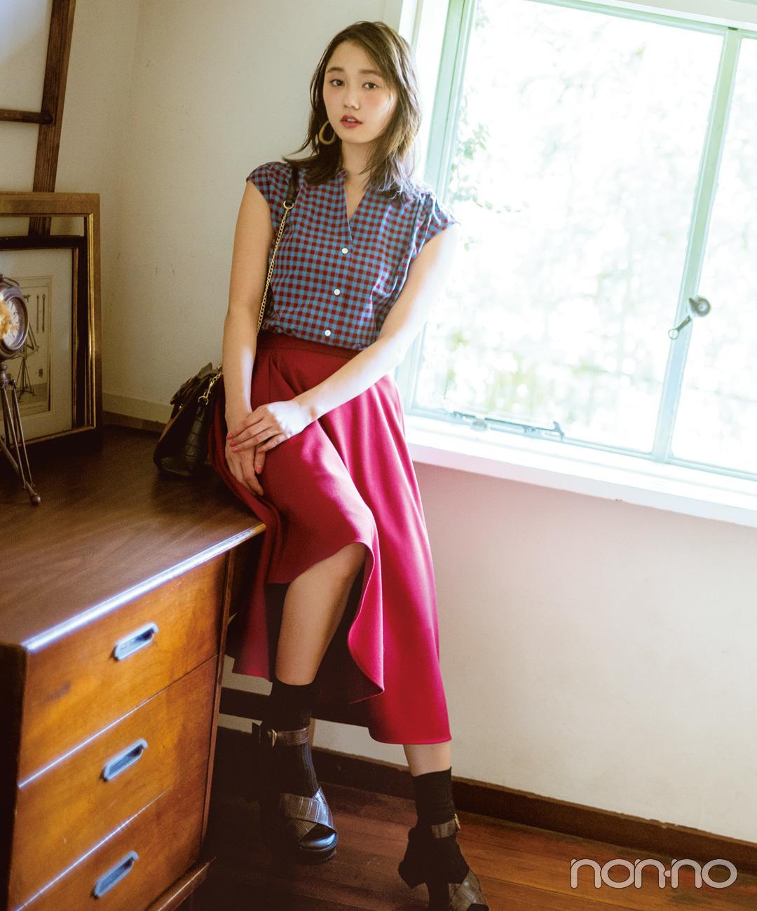 鈴木友菜が着るギンガムチェックブラウス×ピンクロングスカート秋コーデ