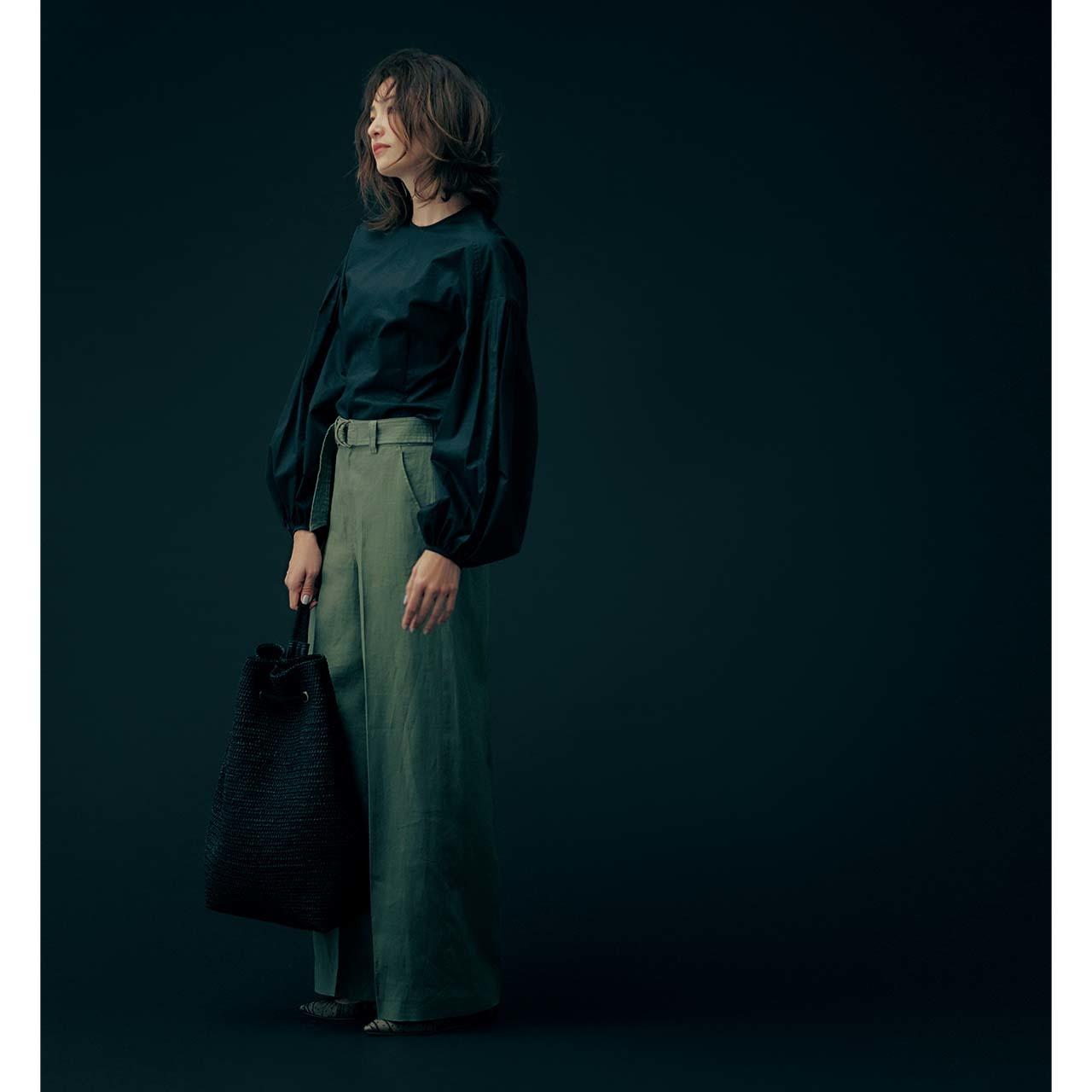 黒いブラウス×ワイドパンツコーデを着たモデルのRINAさん