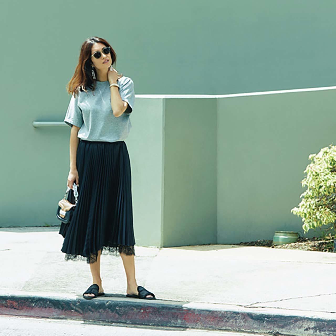 グレーのTシャツ×黒レーススカートのモノトーンコーデ