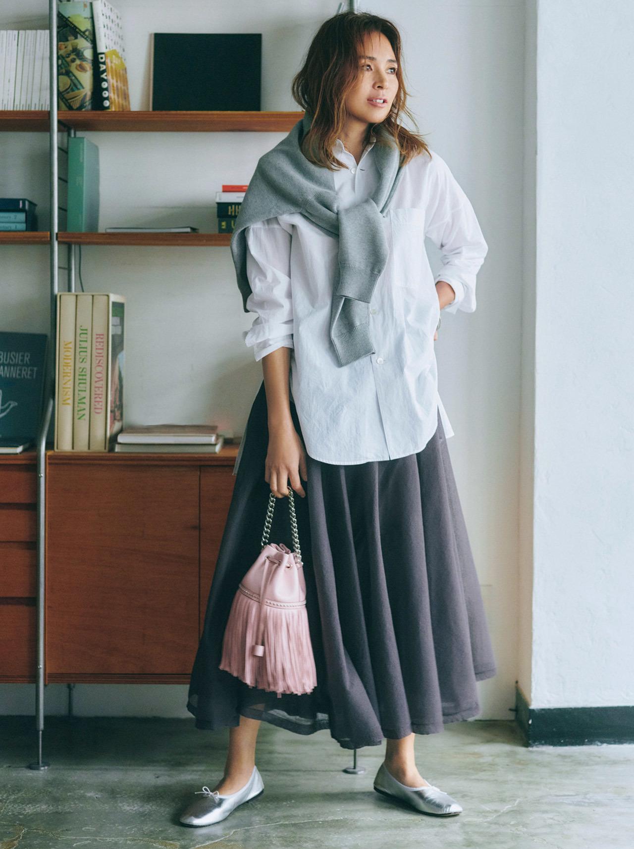 SHIHO しろシャツとロングスカートのコーデ