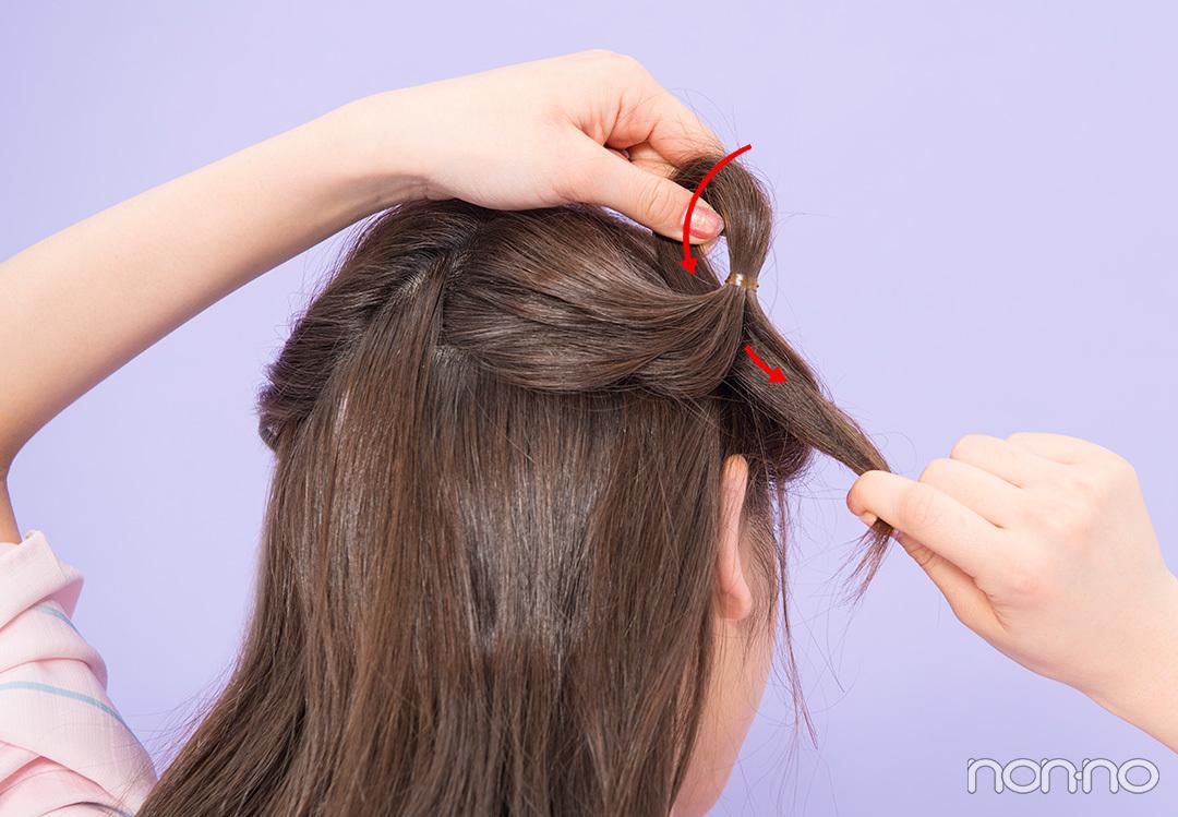 Step1. 右の耳上で最初のくるりんぱ 全体を4つのパートに分けてくるりんぱしていくよ。まずは右の耳上の髪をとりゴムで一つに結びくるりんぱ。左の耳上の髪も同様に。