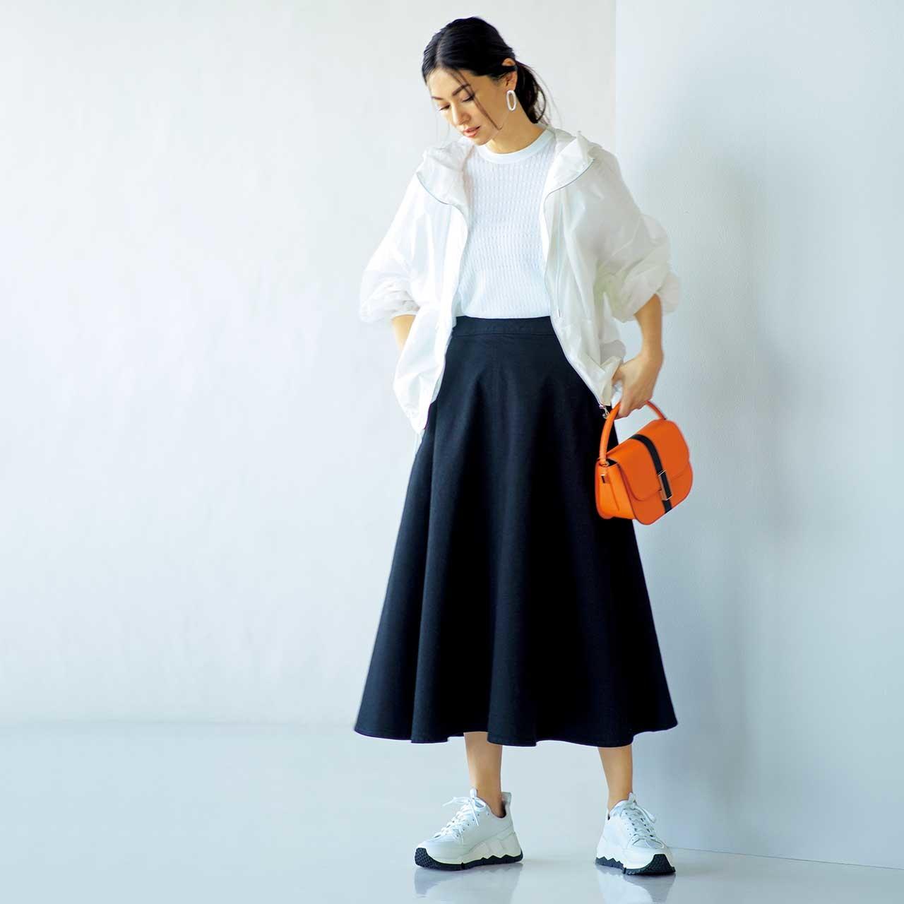 白いブルゾン×ネイビーのスカートコーデを着たモデルのブレンダ