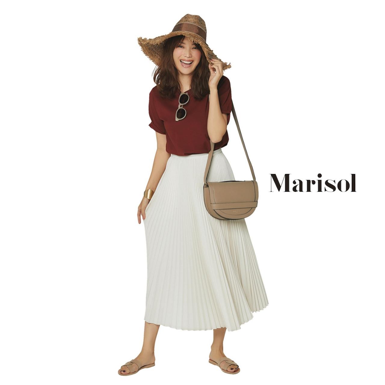 40代ファッション ブラウンTシャツ×白プリーツスカートコーデ