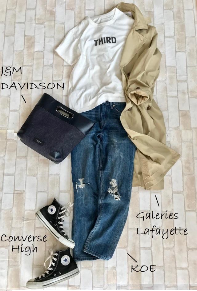 黒コンバースのハイカットスニーカー×Tシャツ&デニムパンツのファッションコーデ