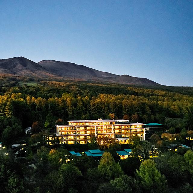 浅間山のふもと、6万㎡を超える広大な敷地に、わずか37室を展開