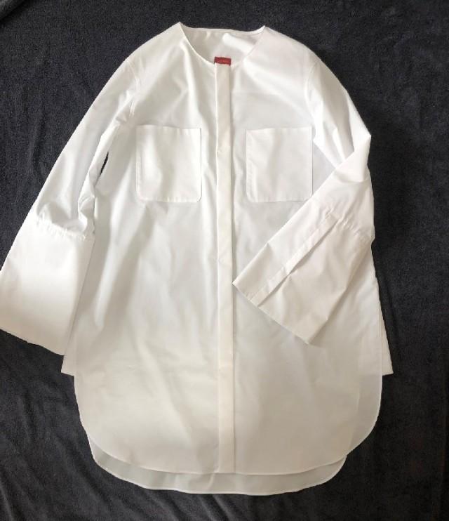 ノーカラーのシャツですが、袖や裾など細かい部分が凝っています