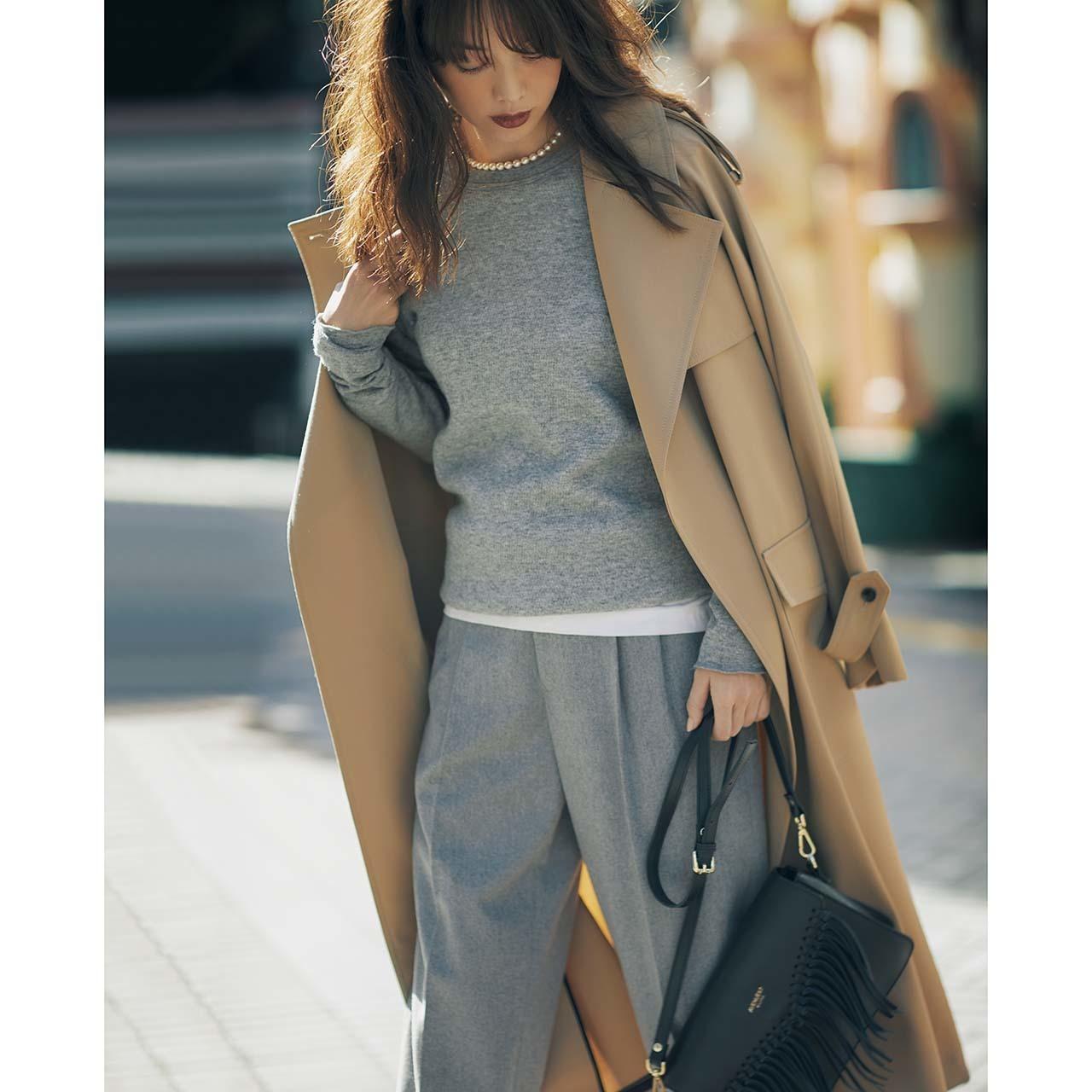 ベージュのトレンチコート×カットソー&パールネックレスのファッションコーデ