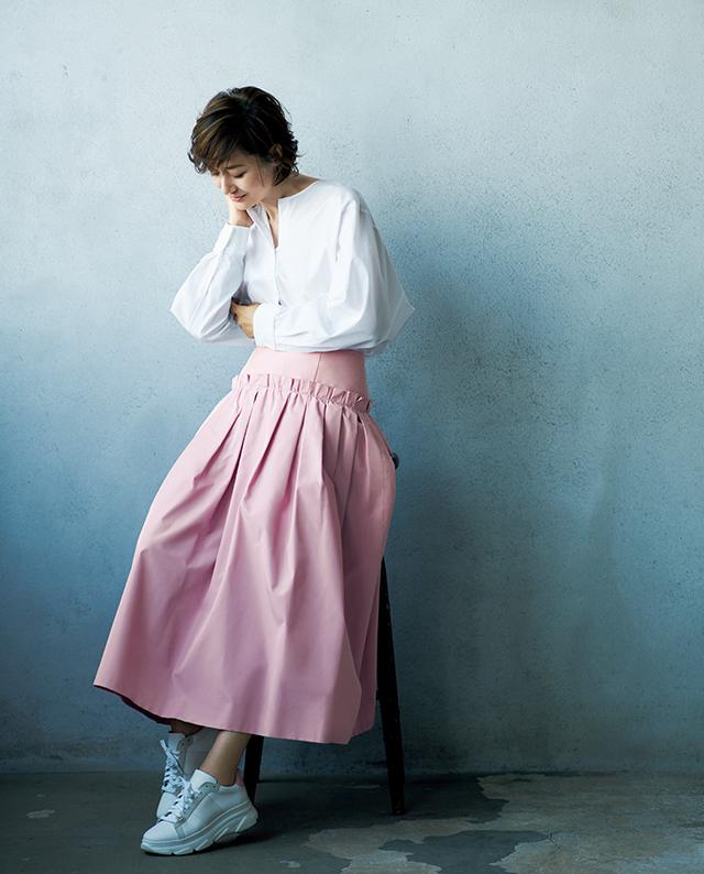 甘めのピンクスカートは、凛とした白ブラウスでクリーンに