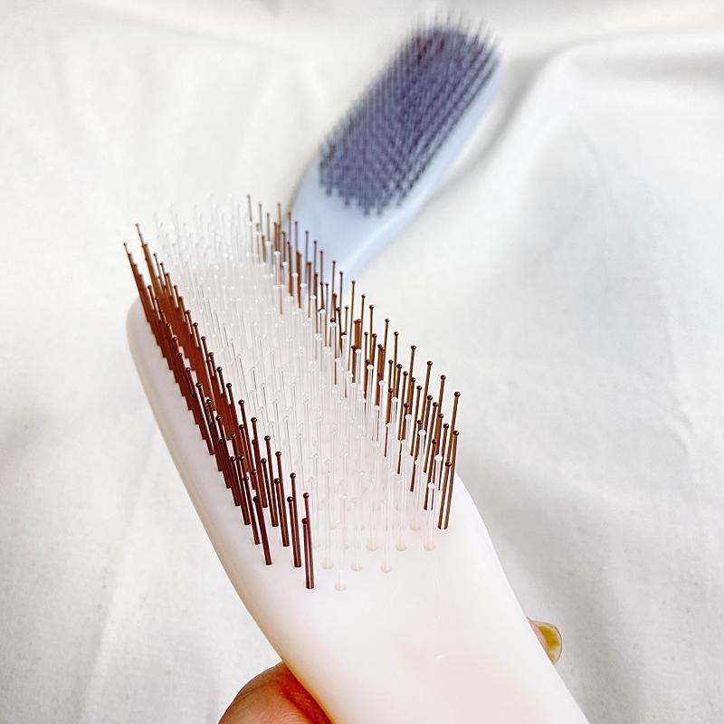KOBAKOの新作のヘアケアシリーズのヘアスムースブラシのソフトタイプは2種類のピンが植毛されている