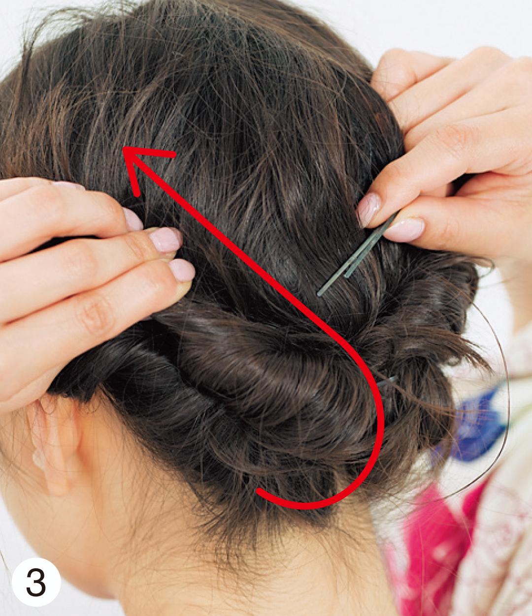 2でねじった毛束を、写真のようにサイドのほうに持っていき、何か所かをピンでしっかり固定して。最後に髪飾りをつけたら完成!