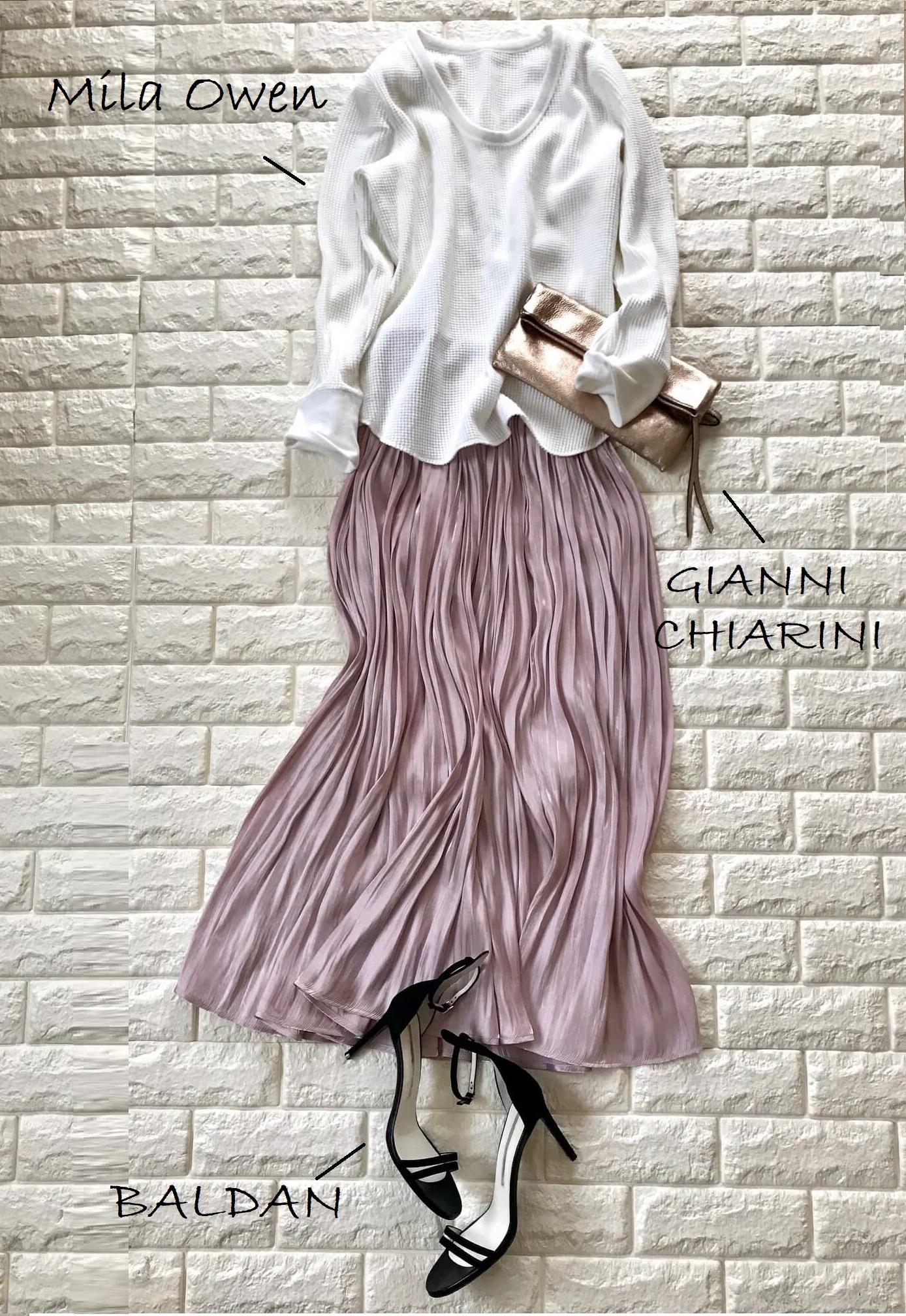 ゆるめのカットソー×ピンクのプリーツスカート