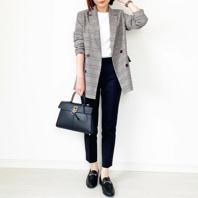 チェック柄ジャケット+白T+黒パンツのコーデ