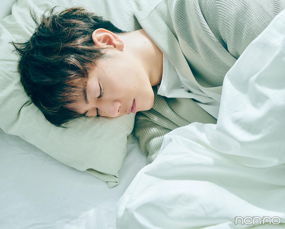 ベッドで横たわる佐藤健5