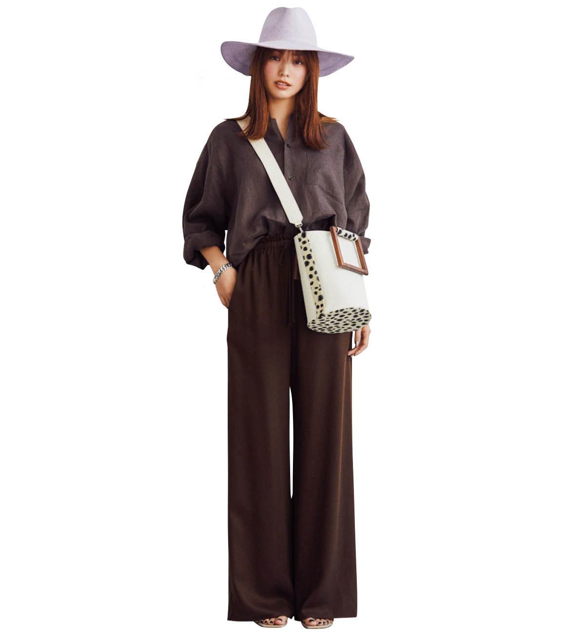 パープルの帽子×ブラウンのワントーンコーデを着たモデルの蛯原友里さん