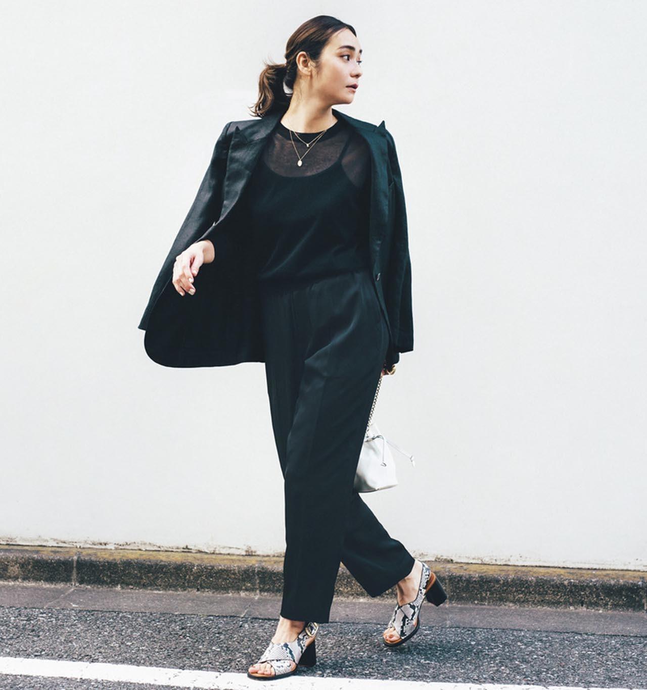 黒のジャケット×黒パンツコーデを着たモデルの竹下玲奈さん